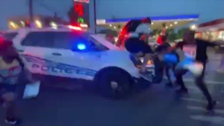 لحظة اصطدام سيارة للشرطة الأمريكية بمجموعة من المتظاهرين في ديترويت