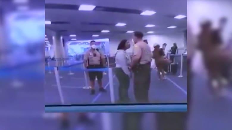 فيديو يظهر شرطي أمريكي يلكم وجه امرأة بقوة في مطار ميامي