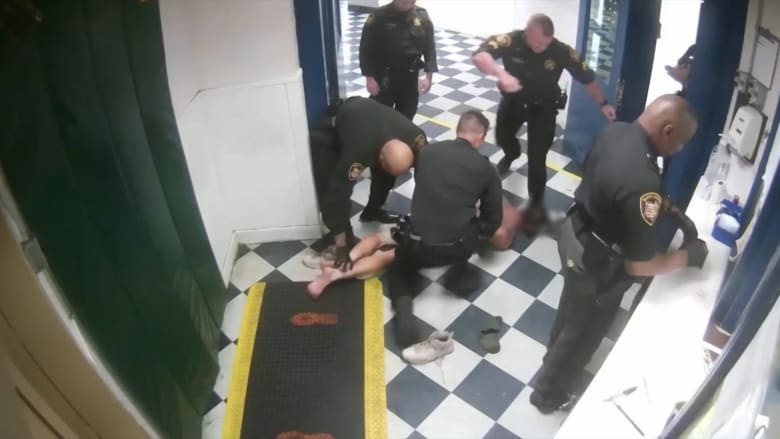 فيديو يظهر نائب عمدة أوهايو يركل رأس سجين مقيد حاول عض قدمه
