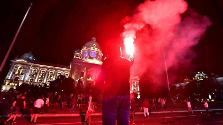 صربيا.. الشرطة تطلق الغاز المسيل للدموع على محتجين ضد حظر تجول كورونا في بلغراد