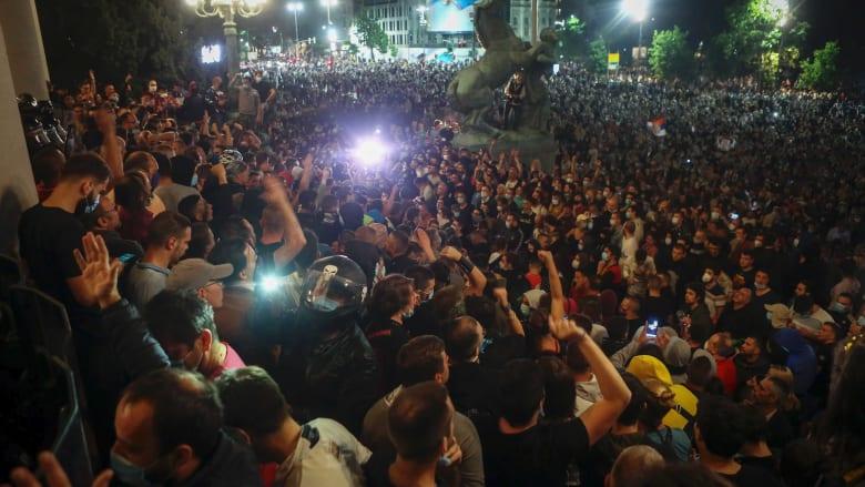 فيروس كورونا يضع صربيا على حافة الهاوية.. ومتظاهرون يحاصرون البرلمان