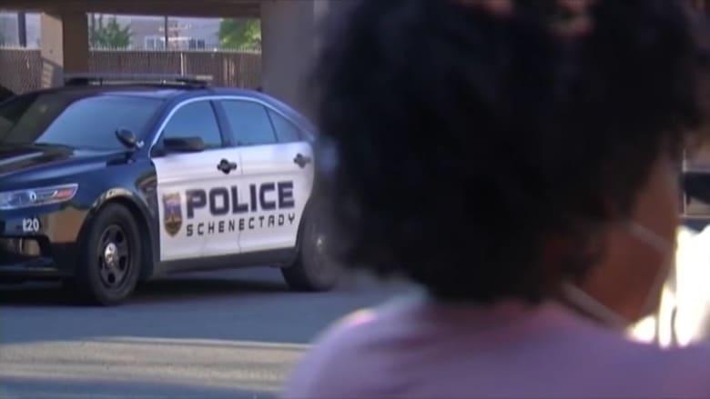 بالفيديو.. شرطي يطأ بركبته على رأس شخص أثناء اعتقاله