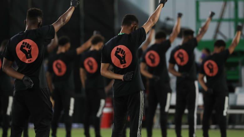 عودة الدوري الأمريكي لكرة القدم برسالة ميدانية قوية من اللاعبين تكريماً لجورج فلويد