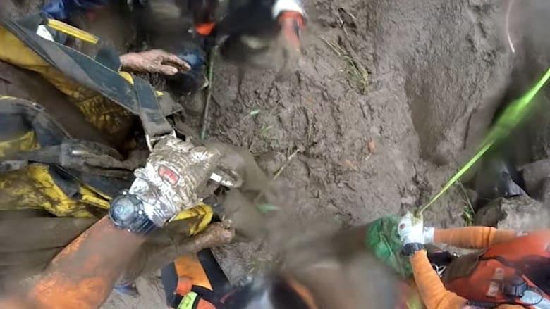 شاهد.. عملية إنقاذ رجل مسن من انهيار أرضي في اليابان