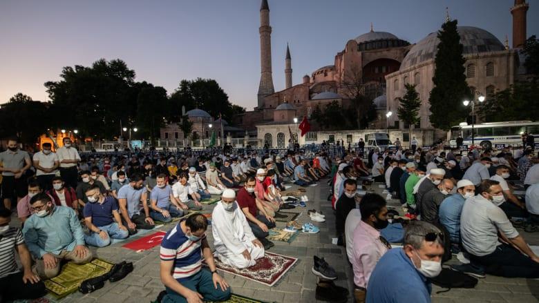 جانب من صلاة المغرب خارج مسجد آيا صوفيا 10 يوليو 2020