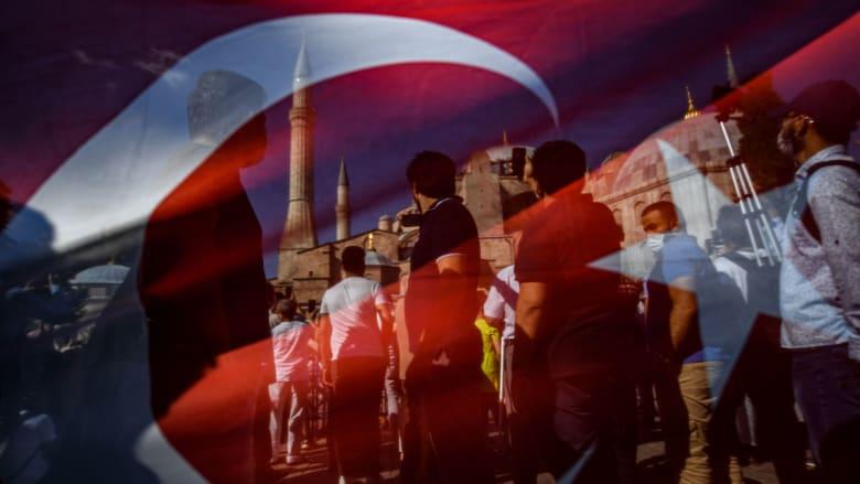 صورة عبر العلم التركي لأشخاص يتجمعون أمام مسجد آيا صوفيا بعد تحويله