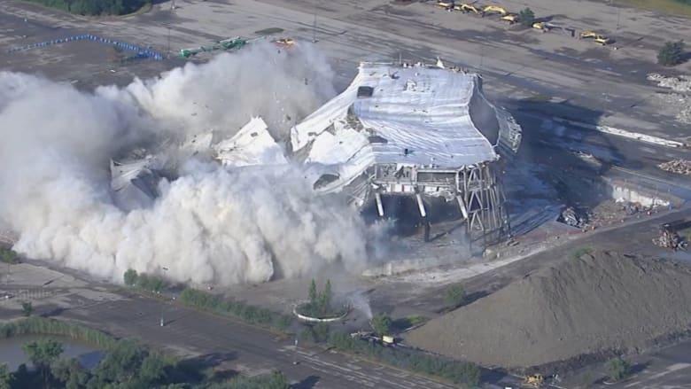 شاهد كيف تم تفجير ملعب ديترويت بيستونز الرياضي