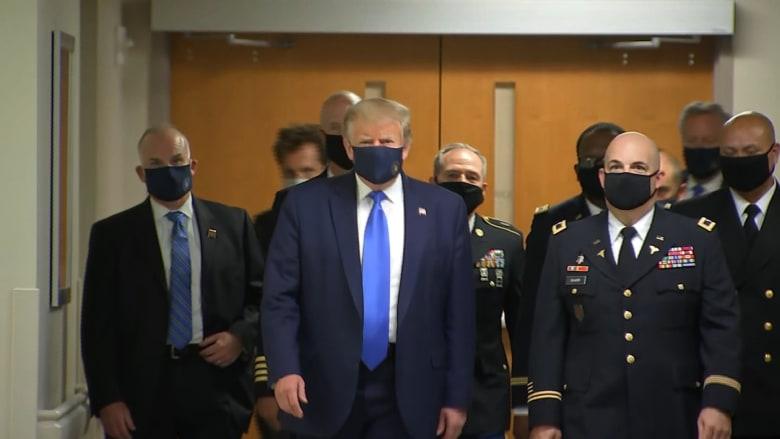 في خطوة مغايرة.. ترامب يرتدي قناعاً لأول مرة أمام كاميرات الإعلام