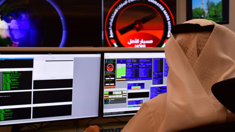 موظف يعمل في غرفة التحكم في مركز محمد بن راشد للفضاء (MBRSC) في إمارة دبي