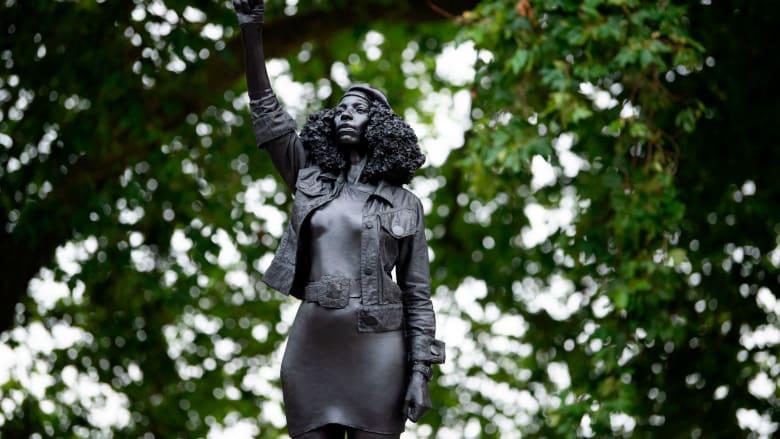 """تمثال لمتظاهرة في """"حياة السود مهمة"""" يستبدل تمثال تاجر رقيق في بريطانيا"""