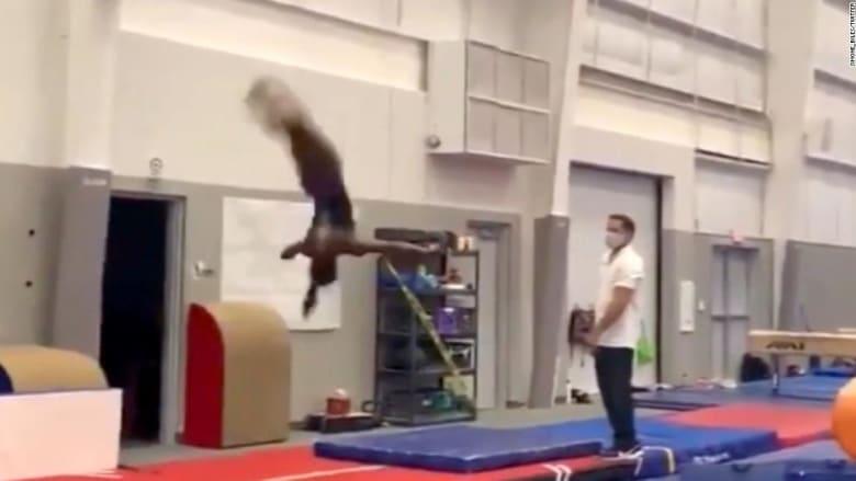 لاعبة جمباز أولمبية تدهش مذيعة أمريكية بمهاراتها