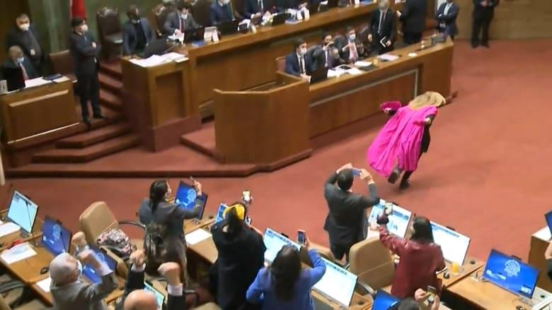 برلمانية في تشيلي تحتفل بطريقتها الخاصة عقب إقرار قانون معاشات التقاعد