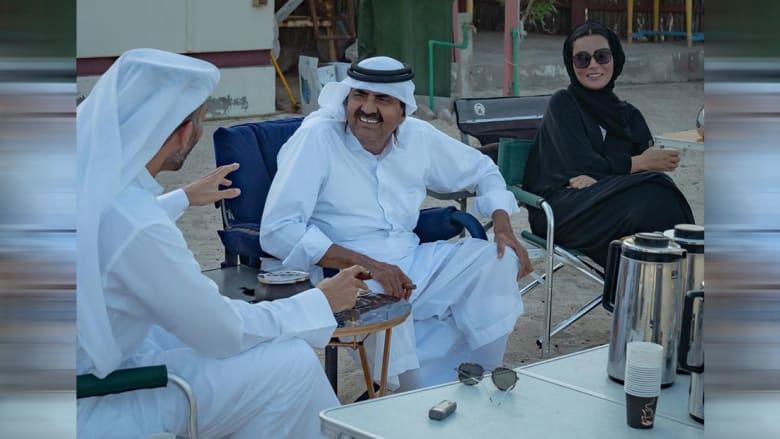 الأمير الوالد والشيخة موزا في الصورة التي نشرها شقيق أمير قطر