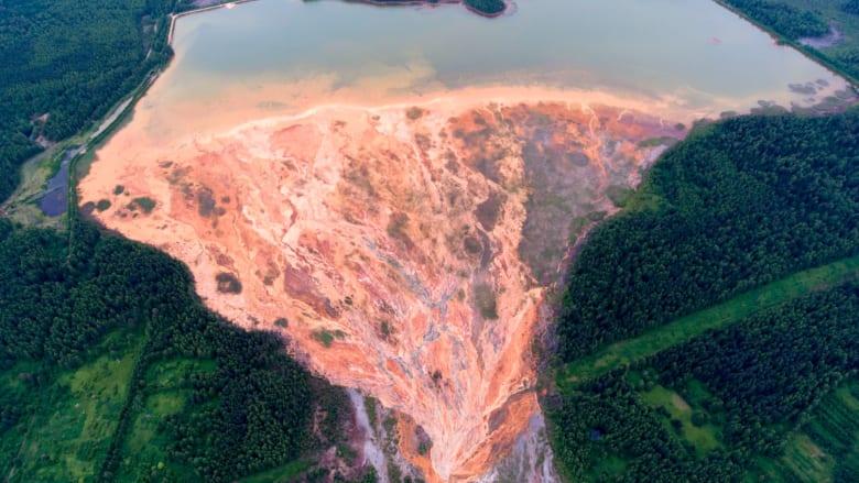 شاهد كيف تحول نهر في روسيا إلى اللون البرتقالي فجأة