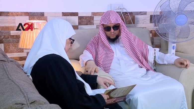 أم حاتم.. وهبت عينيها لابنها الكفيف فحصل على شهادة الماجستير في الأردن