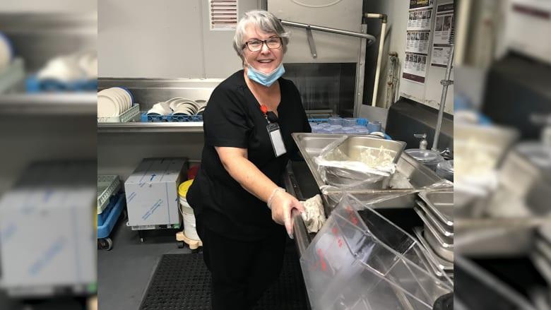 سيدة تعمل في غسيل الأطباق لرؤية زوجها وسط أزمة فيروس كورونا