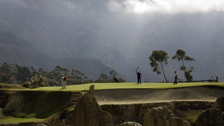 بين جبال الأنديز.. كيف هي تجربة لعب الغولف بأعلى مسار بالعالم؟
