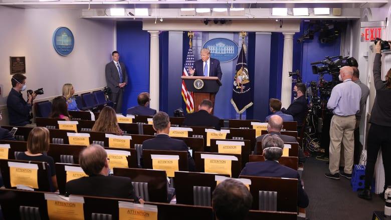 الرئيس الأمريكي دونالد ترامب في مؤتمر صحفي حول الاستجابة لفيروس كورونا المستجد