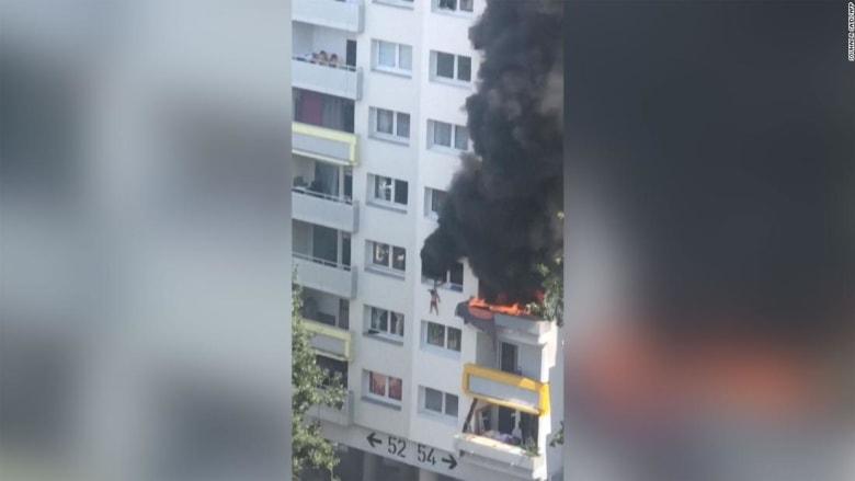 شاهد.. لحظة قفز طفلين من شقتهما هرباً من حريق اندلع بمبنى شاهق