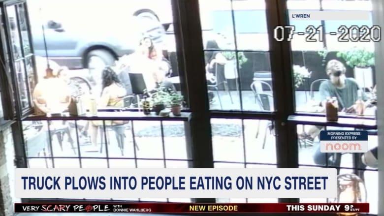 شاحنة تخترق فناء مطعم في نيويورك أثناء تناول رواده لوجبة الغداء