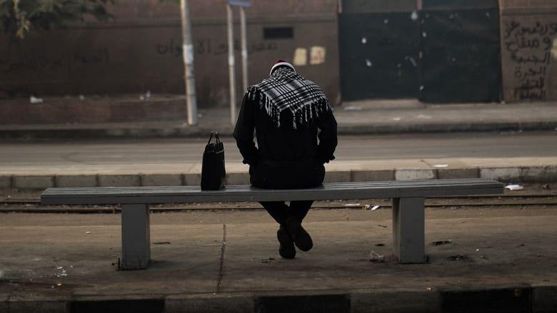 صورة أرشيفية لرجل يجلس أمام سكة حديد في القاهرة العام 2012