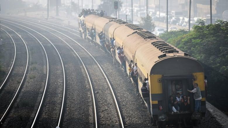 رماهم أمام قطار مُتجه إلى القاهرة.. اتهامات لأب بقتل أبنائه الثلاثة تثير جدلا في مصر
