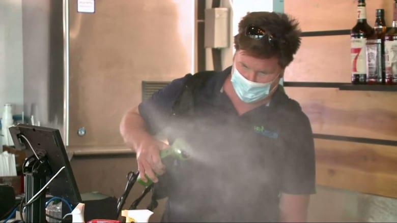 شركة تستخدم الضباب لتطهير الأماكن العامة من فيروس كورونا