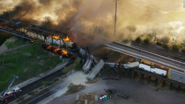 شاهد لحظة اندلاع حريق بعد خروج قطار عن مساره في أريزونا