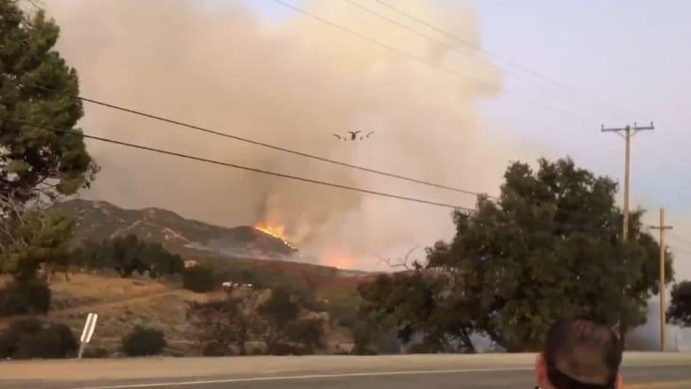 """شاهد مهارة طائرة بوينغ 747 الضخمة في إطفاء حريق """"Apple Fire"""" في كاليفورنيا"""