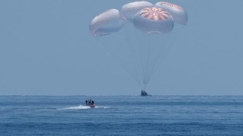 رائدا فضاء يعودان للأرض بعد رحلة تاريخية داخل مركبة SpaceX التجارية