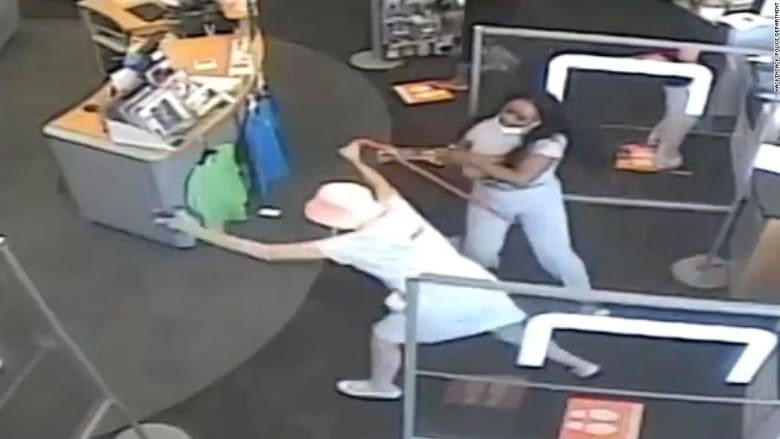 كاميرا مراقبة ترصد اعتداء إمرأة على أخرى بسبب كمامة