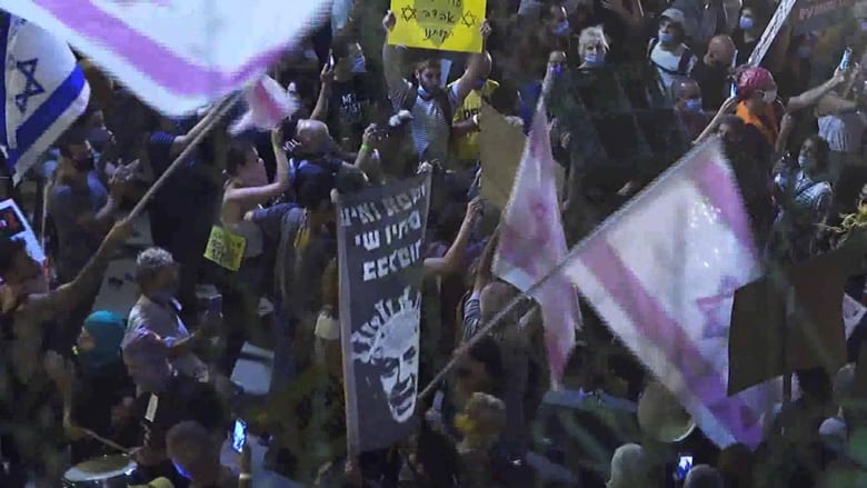 """بأعلام سوداء ولافتات """"وزير الجريمة"""".. الإسرائيليون مستمرون بالتظاهر ضد نتنياهو"""