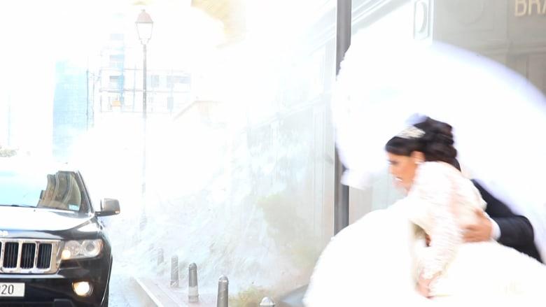 شاهد.. لحظات رعب عروسين جديدين أثناء انفجار مرفأ بيروت