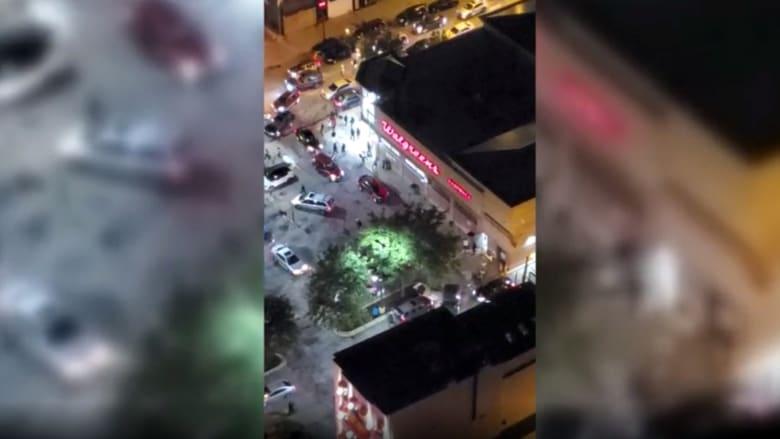 حشود تقتحم متجرا وسط شيكاغو وعشرات ضباط الشرطة تطوقها