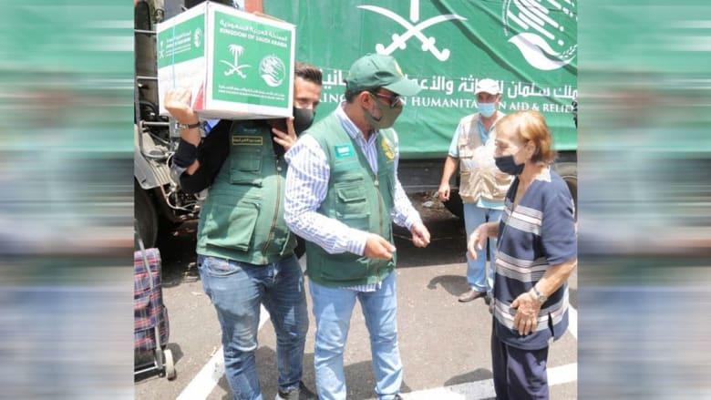موظف مركز الملك سلمان للإاثة مع المسنة اللبنانية