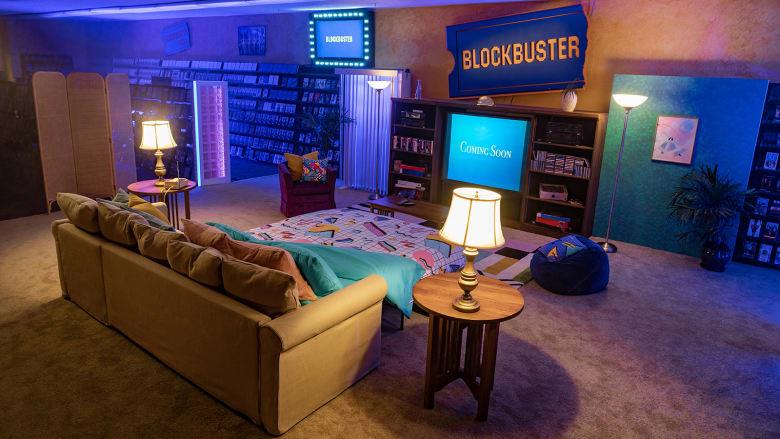 """اقض ليلة تعود بك إلى زمن التسعينيات.. آخر متجر فيديو """"بلوك باستر"""" في العالم متاح الآن للإيجار على موقع """"Airbnb"""""""