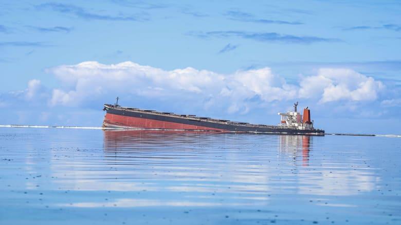 كارثة بيئية.. شاهد سفينة شحن عملاقة على وشك الانشطار الى نصفين