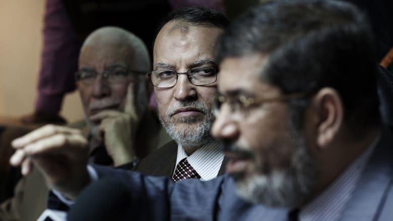 صورة أرشيفية لعصام العريان (وسط) بجانب الرئيس المصري الاسبق محمد مرسي (يمين الصورة)