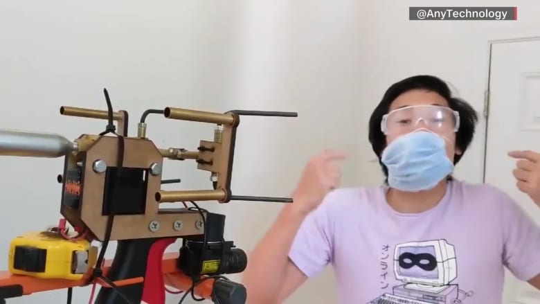 نجم يوتيوب يخترع بندقية قاذفة للكمامات للأشخاص الذين لا يرتدونها