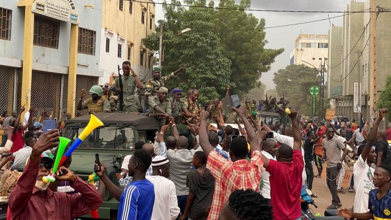 الرئاسة الفرنسية: ماكرون يدين محاولة التمرد الجارية في مالي