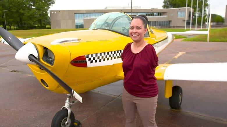 طيّارة بلا ذراعين تحلّق بالطائرة وتسعى لإلهام الآخرين
