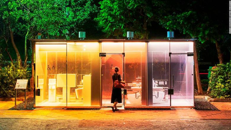 ما سر هذه المراحيض العامة الشفافة في حدائق طوكيو؟