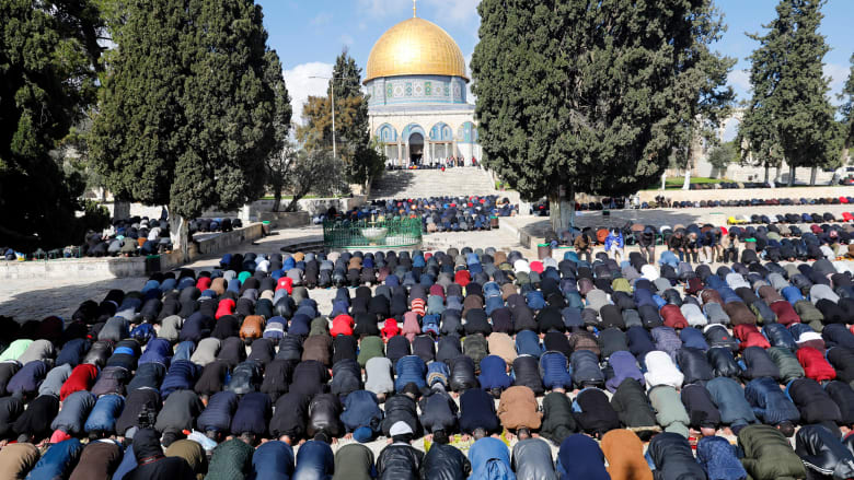 صورة ارشيفية لصلاة في باحات المسجد الأقصى بالقدس