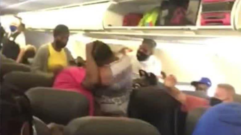 جدال على مقعد يتحول إلى عراك بالأيدي بين سيدتين على متن طائرة.. شاهد كيف انتهى الأمر
