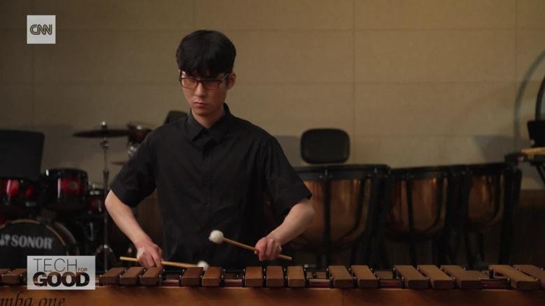 عازف إيقاع كفيف يحقق حلمه بالعزف ضمن أوركسترا بهذا الابتكار