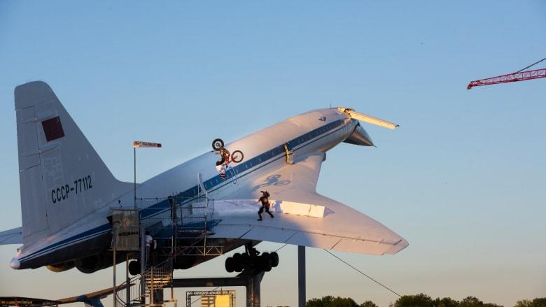 مغامر يؤدي قفزاً خلفياً بارتفاع 10 أمتار على جناح طائرة أسرع من الصوت
