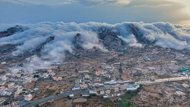 الضباب في مدينة تنومة السعودية - المصور سعد آل مداوي
