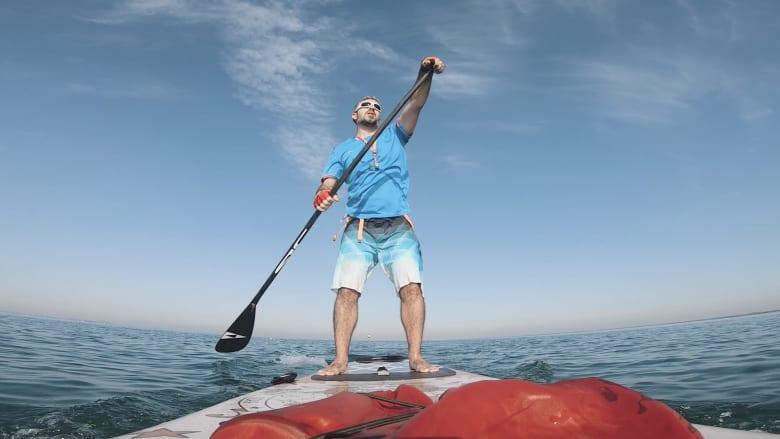 مغامر يوثق تجربته أثناء التجديف بجانب الدلافين في أبوظبي