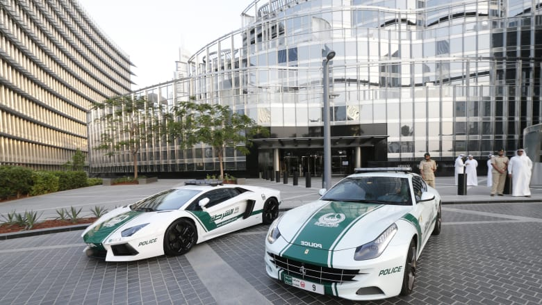 محمد بن راشد يصدر قرارا بشأن توثيق مهام عناصر شرطة دبي بكاميرات أمنية