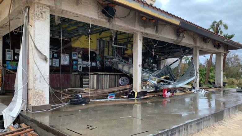 الأقوى منذ أكثر من قرن.. إعصار لورا يقتلع الأسقف ويحطم النوافذ في لويزيانا